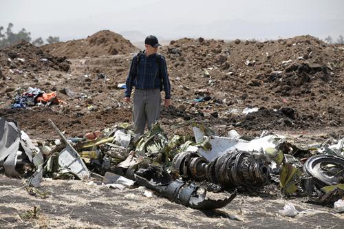 Mảnh vỡ máy bay Ethiopian Airlines gặp nạn tại thị trấn Bishoftu hồi tháng ba. Ảnh: Reuters.