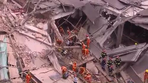 Hiện trường tòa nhà bị sập ở quận Trường Ninh, Thượng Hải hôm nay. Ảnh: CGTN.