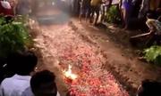 Người Ấn Độ đi chân trần trên than nóng trong lễ hội cầu mưa