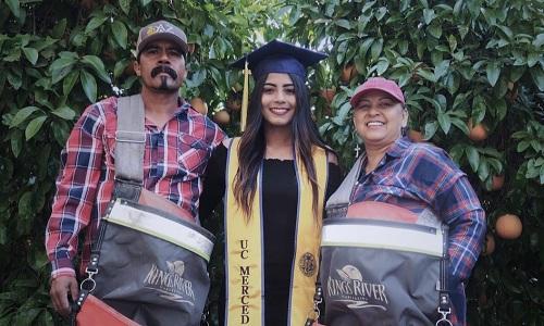 Bức ảnh Ocegueda chụp cùng bố mẹ có sức lan tỏa mạnh mẽ. Ảnh: Twitter