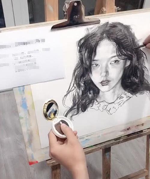 Bức tranh vẽ cô gái rất xinh/