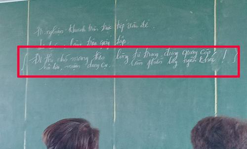 Giáo viên viết lên bảng yêu cầu đừng quay cóp khi kiểm tra.