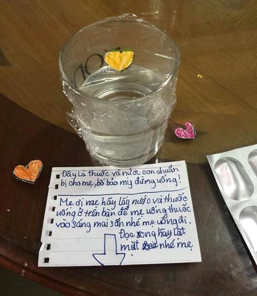 Không chỉ chuẩn bị thuốc mà cả nước lọc cũng được cô con gái để sẵn.