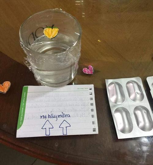 Mảnh giấy với lời nhắn được để cẩn thận trên bàn.
