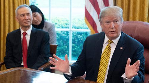 Tổng thống Mỹ Donald Trump (phải) trong một cuộc họp về thương mại với Phó thủ tướng Trung Quốc Lưu Hạc (ngoài cùng bên trái) tại Nhà Trắng hồi đầu tháng 4. Ảnh: Reuters.