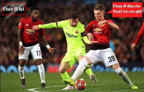 Messi bị các cầu thủ MU chăm sóc quá kỹ.