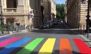 Thành phố ở Pháp sơn vạch kẻ đường bảy sắc cầu vồng