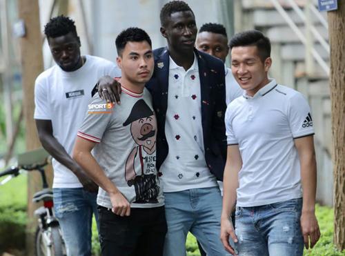 Chắc tiền vệ của CLB Hà Nội chỉ lép vế so với cô dâu chủ rể.