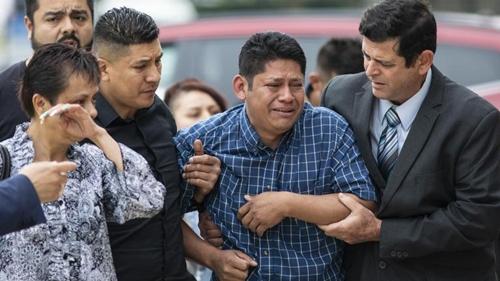 Arnulfo Ochoa, bố của nạn nhân, suy sụp khi tới trung tâm khám nghiệm pháp ý quận Cook hôm 16/5. Ảnh: Chicago Tribune.