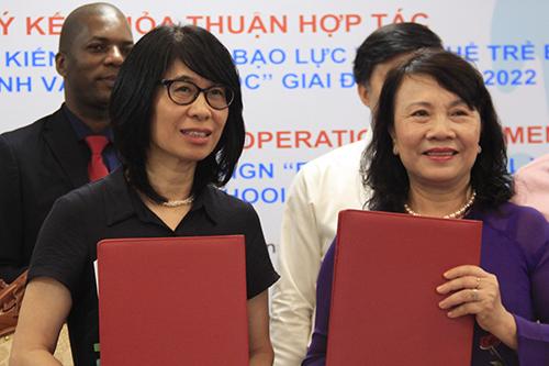 Thứ trưởng Giáo dục và Đào tạo cùng Trưởng đại diện World Vision tại Việt Nam trong buổi ký thỏa thuận. Ảnh: Dương Tâm