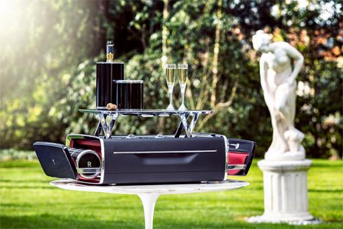 Chiếc hộp có thể đóng mở tự động và làm từ những loại vật liệu cao cấp.