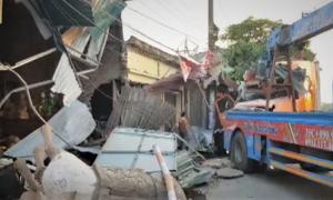 Tài xế buồn ngủ, xe container lao vào 4 nhà dân ở Nam Định