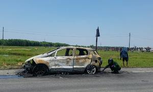 Ôtô 5 chỗ cháy rụi trên quốc lộ 1A ở Hà Tĩnh