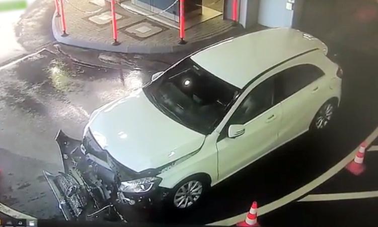 Nữ tài xế tự đâm xe Mercedes vào cột khi vừa rửa xong