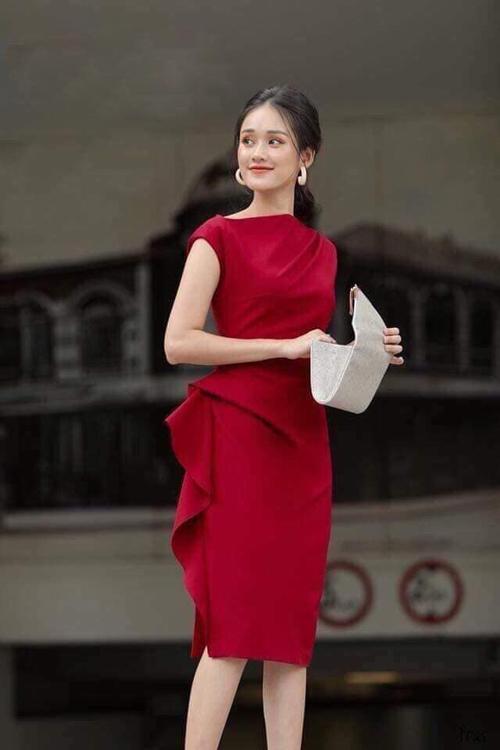 Chiếc váy nạn nhân muốn mua có màu đỏ.