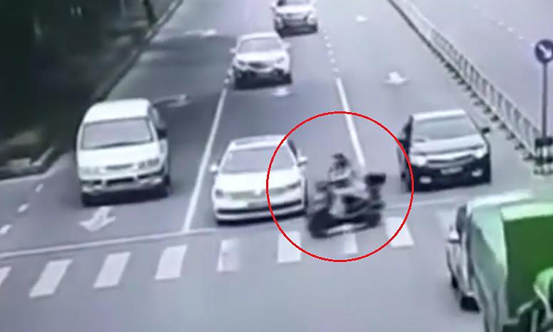 Người phụ nữ đi xe máy tử nạn khi cố chạy cắt đầu ôtô
