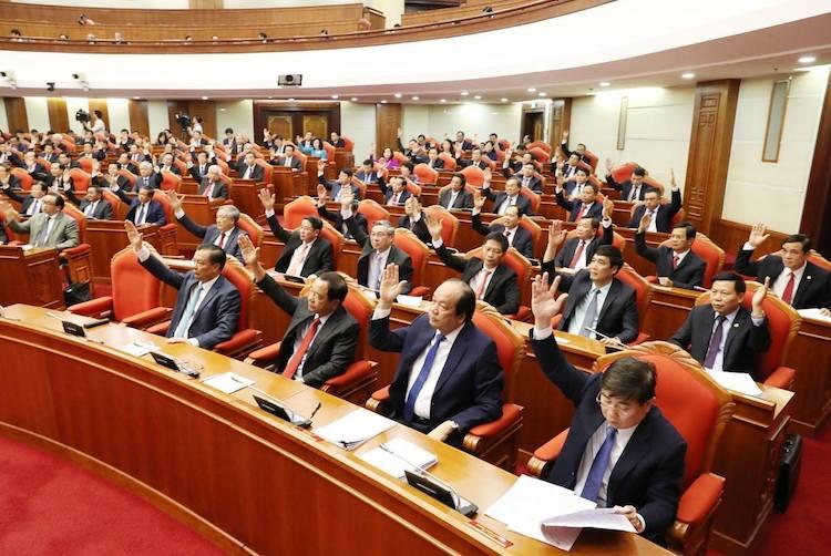 Đại biểu dự Hội nghị Trung ương 10 biểu quyết tại phiên bế mạc sáng 18/5. Ảnh: TTX