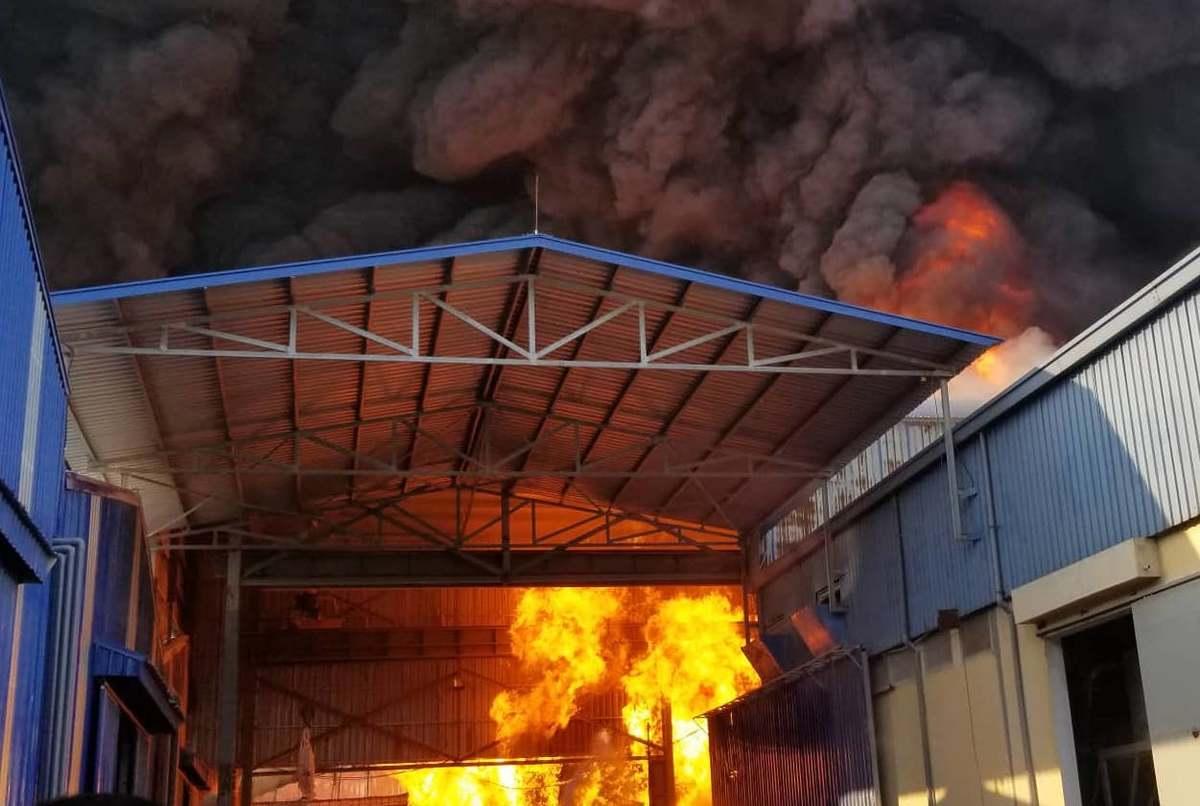 Khói lửa bao trùm xưởng hạt nhựa 6.000 m2 ở Hải Phòng