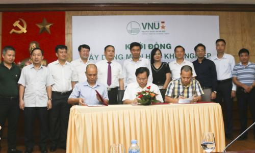 Lễ ký kết hợp tác giữa Đại học trực tuyến FUNiX, Hội Doanh nghiệp trẻ Hà Nội với Đại học Quốc Gia Hà Nội xây dựng môn Khởi nghiệp cho sinh viên Đại học Quốc gia Hà Nội.