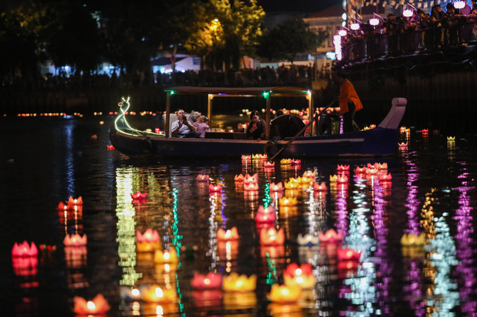 Hơn 5.000 hoa đăng cầu an thả xuống kênh Nhiêu Lộc