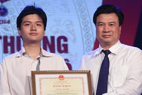 Thứ trưởng Giáo dục và Đào tạo Nguyễn Hữu Độ trao bằng khen cho học sinh Hà Nội đạt giải trong kỳ thi học sinh giỏi quốc gia năm nay. Ảnh: Dương Tâm