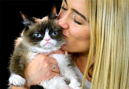 Mèo Grumpy và cô chủ Tabitha Bundesen. Ảnh: AP