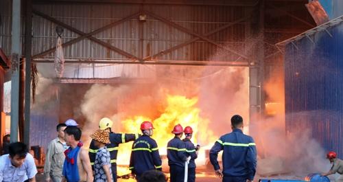 Ngọn lửa cháy lớn kèm theo những tiếng nổ đinh tai khiến lực lượng chữa cháy khó tiếp cận để có thể nhanh chóng dập tắt ngọn lửa. Ảnh: Giang Chinh