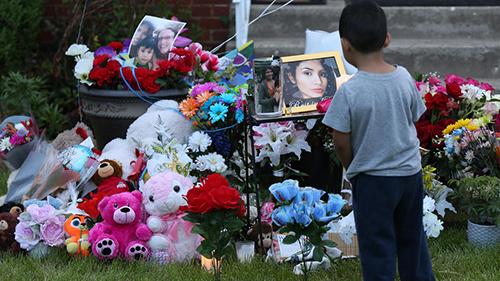 Góc tưởng niệm nạn nhân Ochoa-Lopez bên ngoài ngôi nhà mà cô bị sát hại ở thành phố Chicago. Ảnh:Facebook