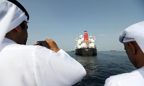Quan chức cảngFujairah, UAE chụp ảnh con tàu bị thiệt hại trong vụ tấn công hôm 13/5. Ảnh: Reuters