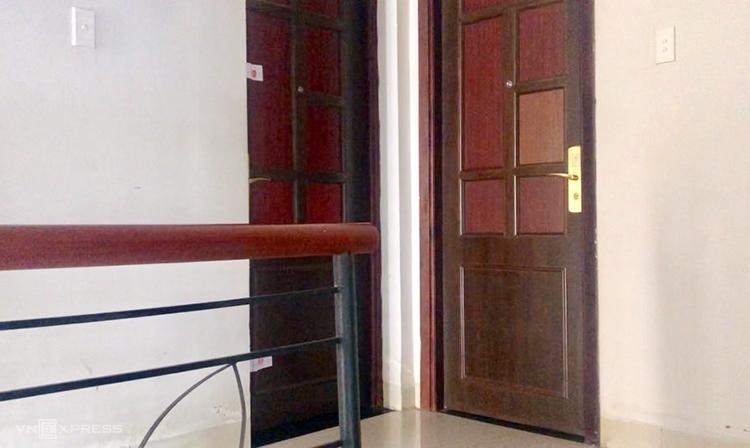 Cảnh sát đã niêm phong căn phòng tại tầng trệt của khách sạn nơi nhóm phụ nữ bị tình nghi thuê ở. Ảnh: Nguyệt Triều.