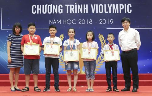 Học sinh được vinh danh và trao giải sáng nay, tại Hà Nội.