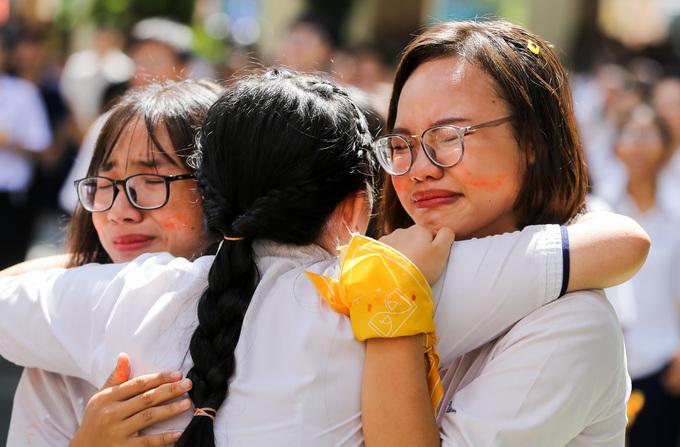 Học sinh trường chuyên Lê Hồng Phong trong ngày chia tay tuổi học trò