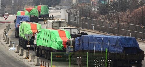 Xe tải chở hàng viện trợ của Hàn Quốc tại thành phố Kaesong, Triều Tiên năm 2012. Ảnh: Yonhap.