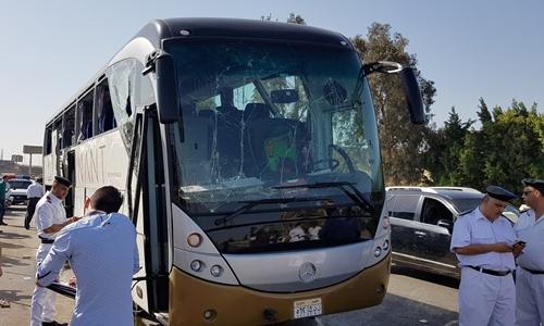 Hiện trường vụ nổ xe buýt ở Giza ngày 19/5. Ảnh: Reuters.