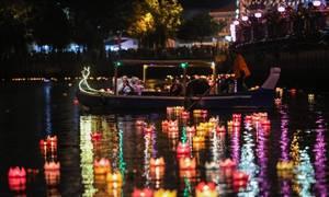 Hoa đăng rực sáng trên kênh Nhiêu Lộc trong lễ Phật đản