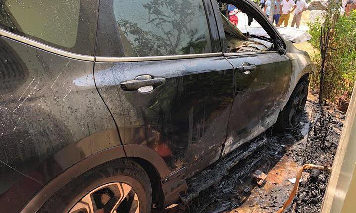 Honda CR-V bốc cháy giữa trưa tại Nam Định