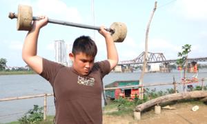 Sân tập thể hình làm từ vật liệu tái chế dưới chân cầu Long Biên