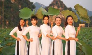 Nhộn nhịp khách chụp hình đầm sen vào đầu mùa ở Hà Nội