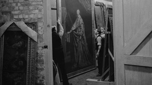 Một bức tranh của họa sĩ Philippe de Champaigne được mang ra để kiểm tra tại mỏ đá Manod năm 1942. Ảnh: Hulton Achive.