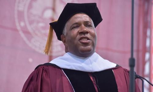 Tỷ phú da màu giàu nhất nước Mỹ phát biểu trong lễ tốt nghiệp của sinh viên trường Morehouse khóa 2019. Ảnh: CNN.