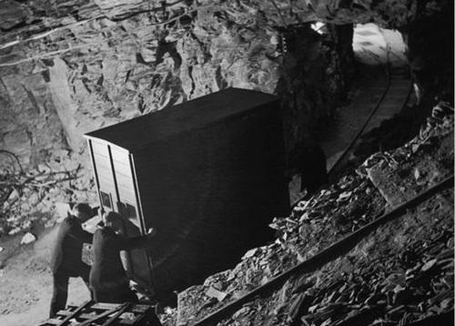Các tác phẩm nghệ thuật được chuyển vào hang trên hệ thống đường ray hẹp. Ảnh: Hulton Achive.