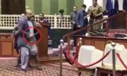 Nghị sĩ Afghanistan cầm dao dọa đâm đối thủ tại quốc hội