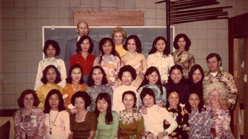 Nữ diễn viên, nhà nhân đạo Tippi Hedren (áo dài vàng, đứng giữa hàng cao nhất) và 20 phụ nữ Việt được cấp chứng nhận thợlàm móng người Việt đầu tiên tại Mỹ.