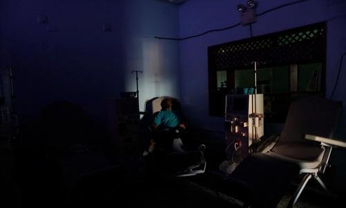 Ông William Lopez chờ điện có trở lại để được chạy máy tại một trung tâm lọc thận ở thành phố Maracaibo. Ảnh: Reuters.
