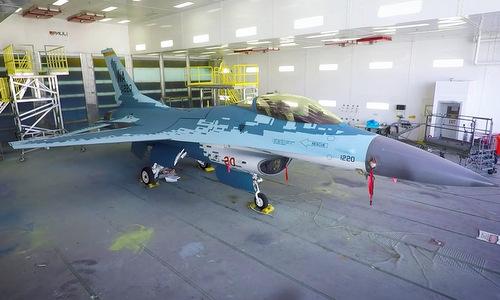 Chiếc F-16C sau khi được sơn họa tiết của Su-57. Ảnh: USAF.