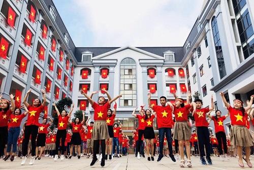 Học sinh trường FPT trong màn nhảy cổ vũ đội tuyển Việt Nam tháng 12/2018. Ảnh: Trường Tiểu học và THCS FPT