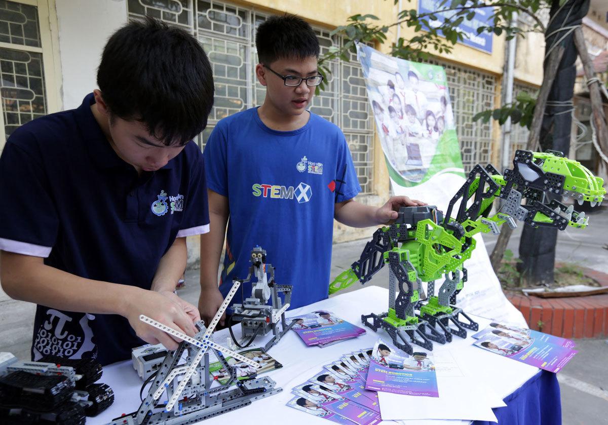 """""""Phòng thí nghiệm mở"""" thu hút nghìn học sinh trải nghiệm làm khoa học"""