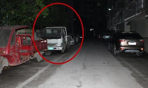 Chiếc xe tải nơi cậu bé được tìm thấy trong tình trạng bị trói và bịt miệng tại thị trấn Lô Châu, tỉnh Tứ Xuyên. Ảnh:
