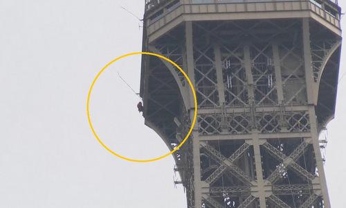 Người đàn ông leo bên ngoài tháp Eiffel chiều 20/5. Ảnh: Twitter.