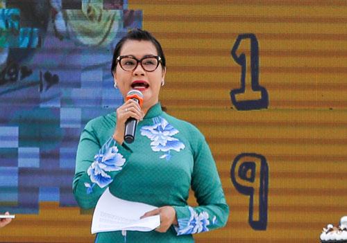 Bà Nguyễn Thị Yến Trinh trong lễ trưởng thành của học sinh khối 12 trường THPT chuyên Lê Hồng Phong hai ngày trước. Ảnh: Quỳnh Trần.